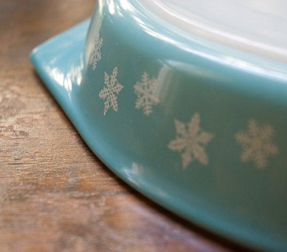 Pyrex Aqua Snowflake Divided Dish 1.5 Quart Size
