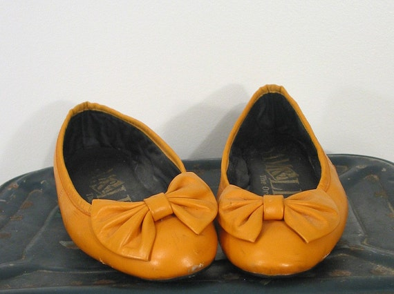 Vintage 80s Sam and Libby Mustard Flats (6 1\/2)