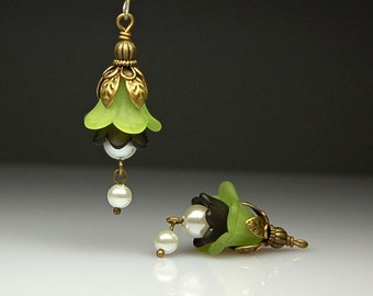 Vintage Style Bead Earring Dangles Green and Black Lucite Flowers G193