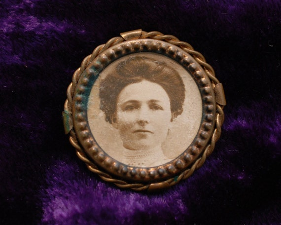 Vintage 1900s antique photograph of a woman metal framed portrait pin finding