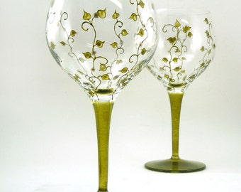 Hand painted glasses - Set of 2 blown crystal red wine glasses - Liane collection - Green with white flowers