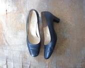 navy blue mod pumps / 1960s high heels / 7.5
