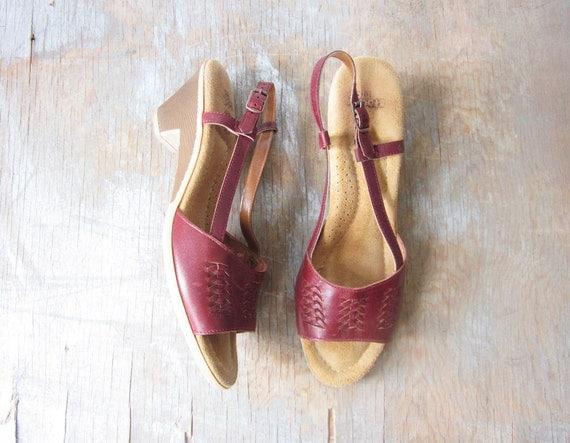 1970s wedge sandals / vintage 70s leather sandals / burgundy red slingback sandals / size 8 shoes