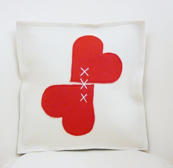 Herts felt pillow. white red.