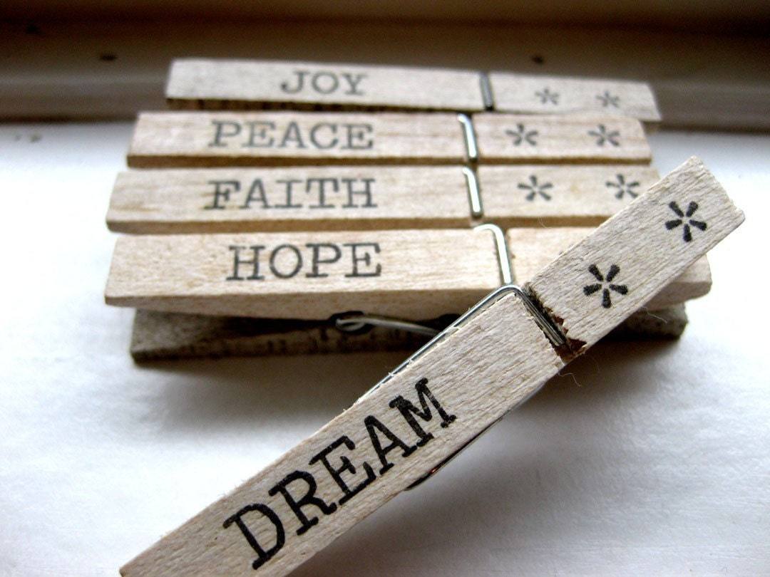 5 Christmas Clothespins Pegs Joy Peace Faith Hope