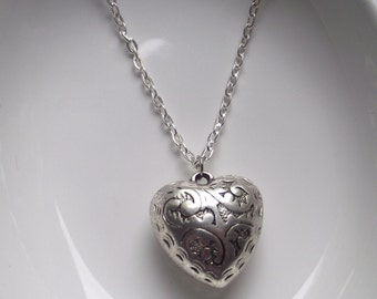 Puffy scrolled heart Necklace Silver tone light weight