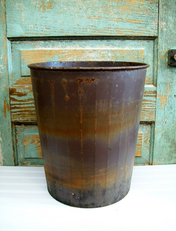 vintage industrial old school rusty crusty waste basket tash. Black Bedroom Furniture Sets. Home Design Ideas