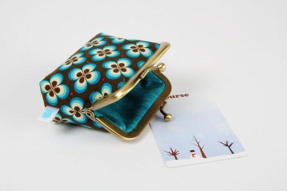 Deep mum - Retro flowers in blue - metal frame purse