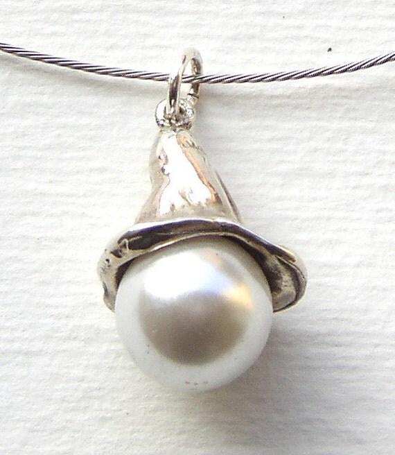Calla pendant in sterling silver with white pearl
