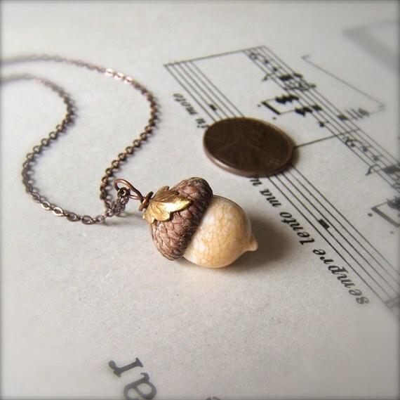Mini verre Acorn collier en ivoire avec feuille ci-jointe par Bullseyebeads