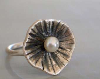 Hamered cup Ring with a fresh water pearl