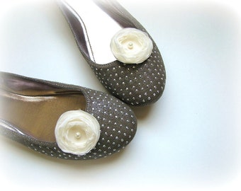 Shoe clips with handmade fabric flowers (set of 2 pcs )-  CREAM IVORY BLOSSOMS (with pearls)