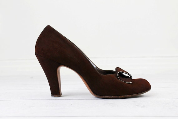 1940s shoes / 40s pumps / Brown Suede and Gold Trim High Heels // size 7.5 or 8