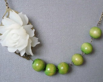 Green Beaded Necklace Boho Necklace Vintage Flower Necklace Autumn Necklace Romantic Necklace with White Flower Jewelry