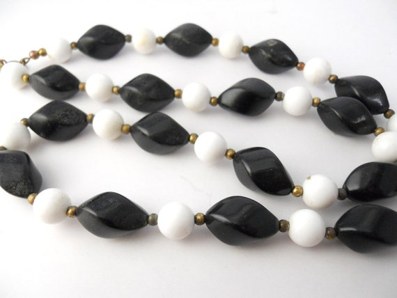 Black and White- Faceted, acrylic bead necklace 1950s