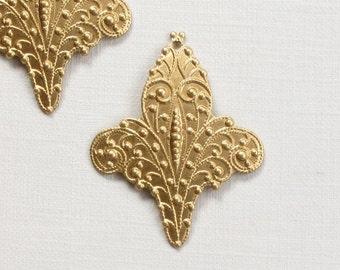 6 fleur de lis FILIGREE brass jewelry charms drops . 33mm x 27mm (S100)
