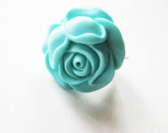 Vibrant turquoise rose ring with wide hammered silver band