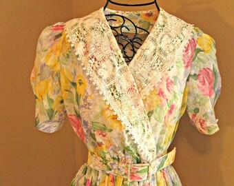 Romantic Vintage dress. Deep lace collar.  Pastel floral print. 1980's. Petite sz 8.