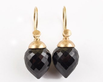 earrings with black, precious drops of spinel an gold