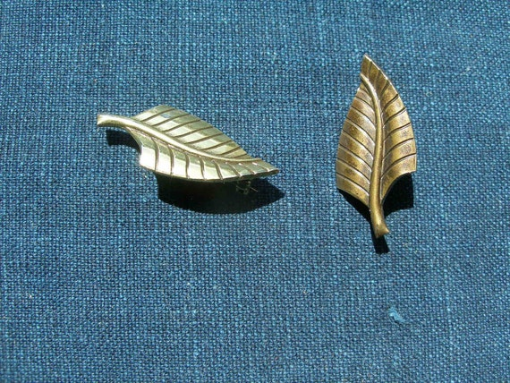 Pair of Leaf pins, stylized 1950s design, brass.