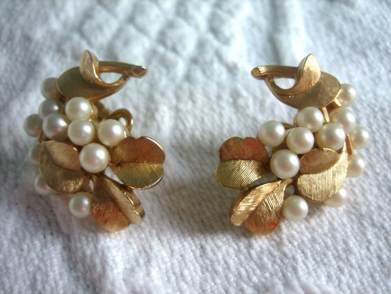 Trifari Gold Leaves & Pearls Earrings -  VINTAGE JEWELRY - F-R-E-E Shipping on Jewelry