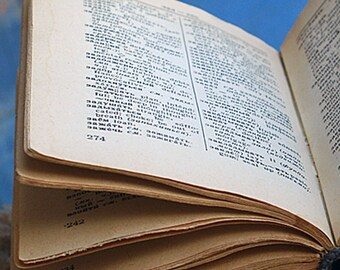 English-Russian tiny dictionary c. 1961...  home decorating     photography prop... Jun 10