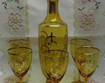 AMBER GLASS TALL  Vintage Decanter with 4 Wine Glasses - Gold Accents