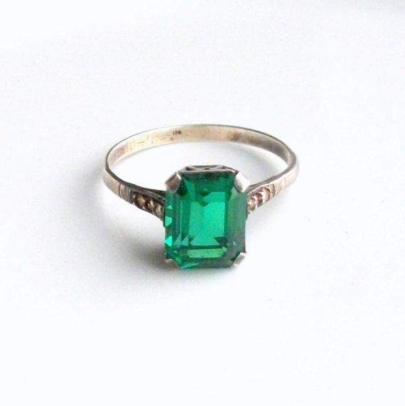 Vintage Art Deco Ring. Sterling Emerald Green Glass and Brilliants.