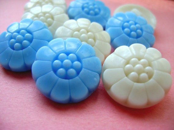 8 Glass Vintage Buttons - Cheerful White Daisies - LAST in Stock
