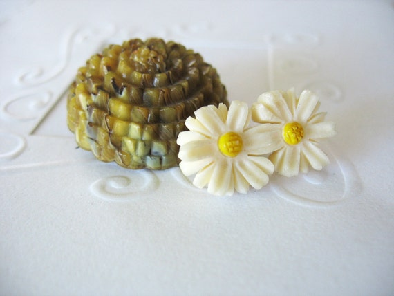 Vintage Carved Celluloid Brooches Flowers Creme and Yellow Daisies Swirled Golden Marigold