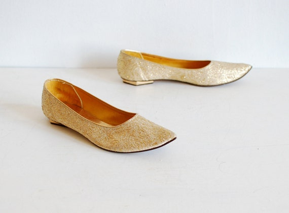 vintage 1960s shoes // pointy gold jacquard flats (7.5)