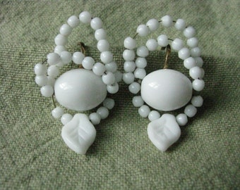 Pretty vintage white wire beaded screw back earrings