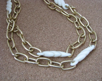 Gold tone vintage oval link necklace w/ ivory bead accents