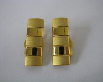 Vintage textured gold tone clip on clip back earrings bar shaped