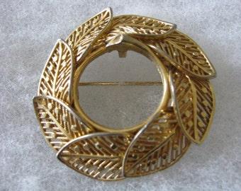 Vintage gold tone Lisner signed circular leaf pin