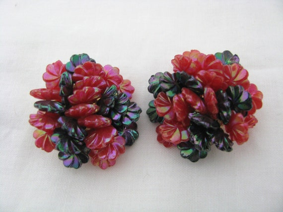 Dark pink & black plastic  clip on clip back earrings marked Hong Kong. VIntage clip on earrings