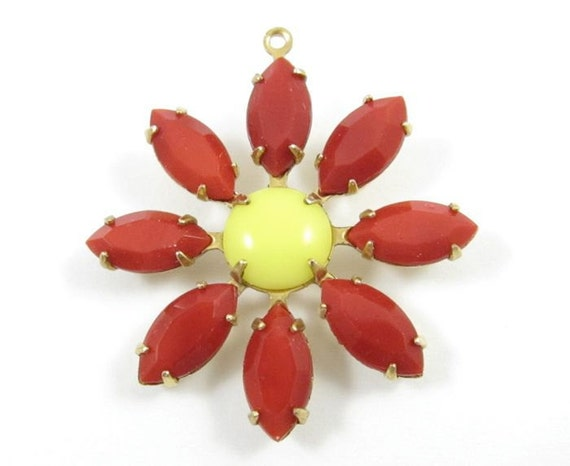 1 Glass Daisy Flower Pendant with Vintage Stones - Opaque Red and Yellow - F008.