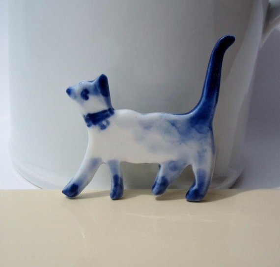 Siamese Cat - Hadpainted Delft blue and whaite porcelain pin