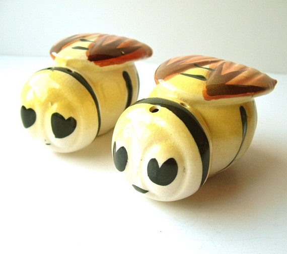 Vintage S&P Shakers Happy Bumble Bee Salt and Pepper Shakers Hand Painted and Glazed Marked Japan ((Free Shipping USA))