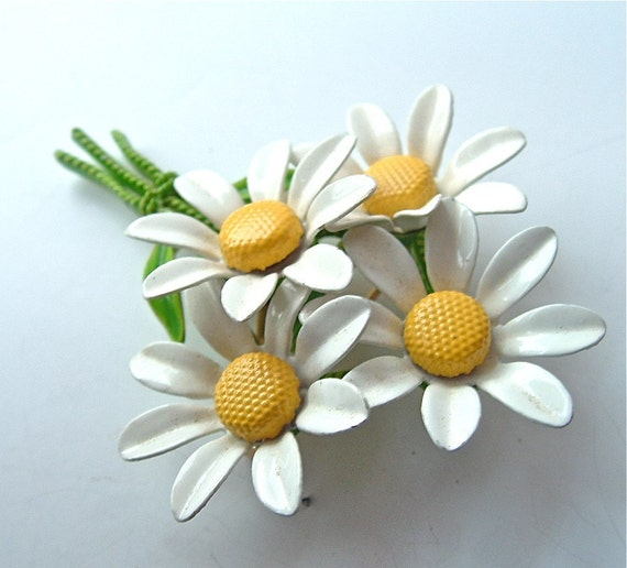 RESERVED.  Bunch of Daisies Brooch Bouquet of Wedding White Wildflower Daisies with Sunny Yellow Centers ((Free Shipping USA))
