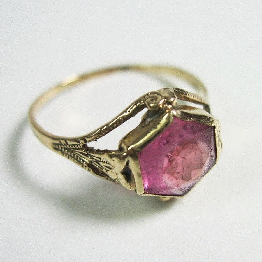 dainty vintage 1920s art deco ring pastel pink 10kt yellow. Black Bedroom Furniture Sets. Home Design Ideas