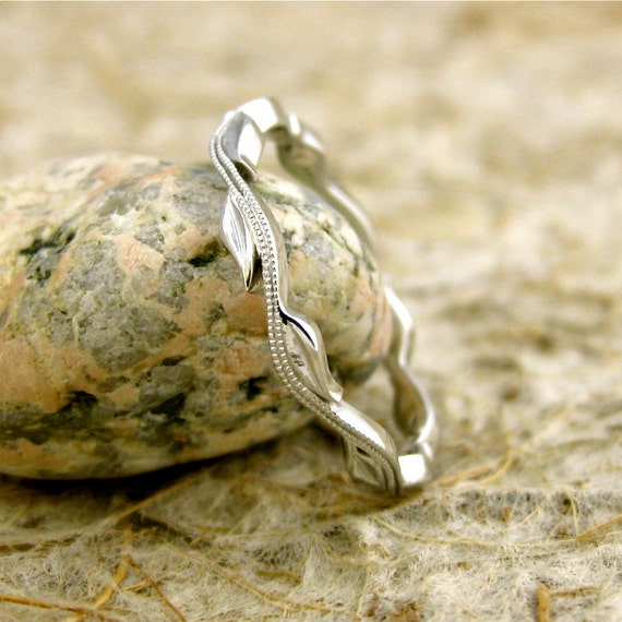 Intertwining Leaf & Vine Wedding Ring in 14K White Gold with Glossy Finish and Antiquing Size 6