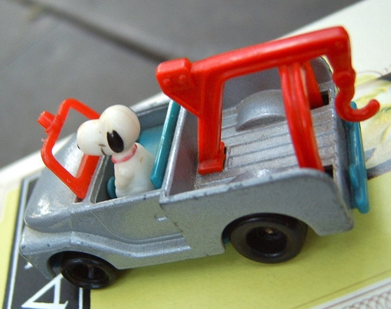 ViNTaGe SNOOPY ToW TRuCK .  RaRe MiNiaTuRe PeaNuTS CoLLeCTiBLe