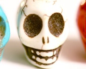4 pcs Dyed Howlite Magnesite Turquoise Skull Beads - WHITE