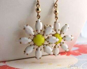 Daisy Earrings, Daisy Flower Earrings, White Flower Earrings, Vintage Style, 14K gold fill earwires