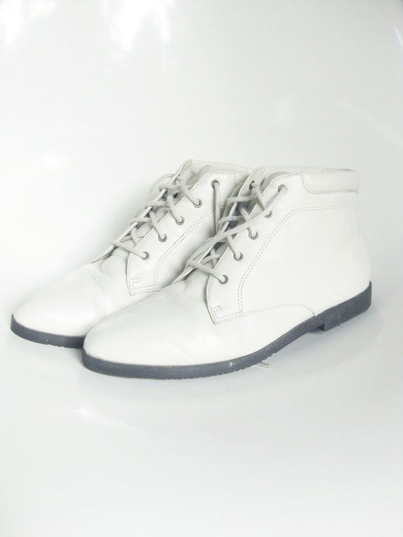 Vintage 1980s Boots // 80s ANKLE Booties // IVORY Leather Womens 9 Half 7 8 41 INDIE Hipster White Snow