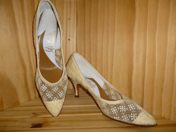 Sergeant LACEY  - Vintage1950's or 1960's - LACE - Embroidered - Bridal - High Heel - Pumps - marked a size 7 1/2 B  AA