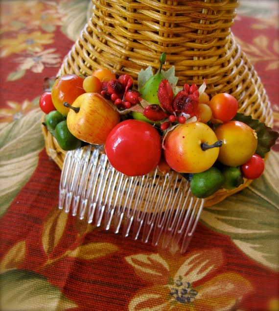 Swell Dame hair comb with small fruits