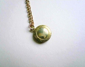 Small gold locket necklace Little gold locket Small locket Vintage brass detailed locket New 14K gold fill drawn cable chain Custom length