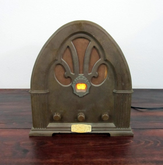 Vintage Windsor Model 2136 Cathedral Radio / Vintage Reproduction of a 1930s Philco 90